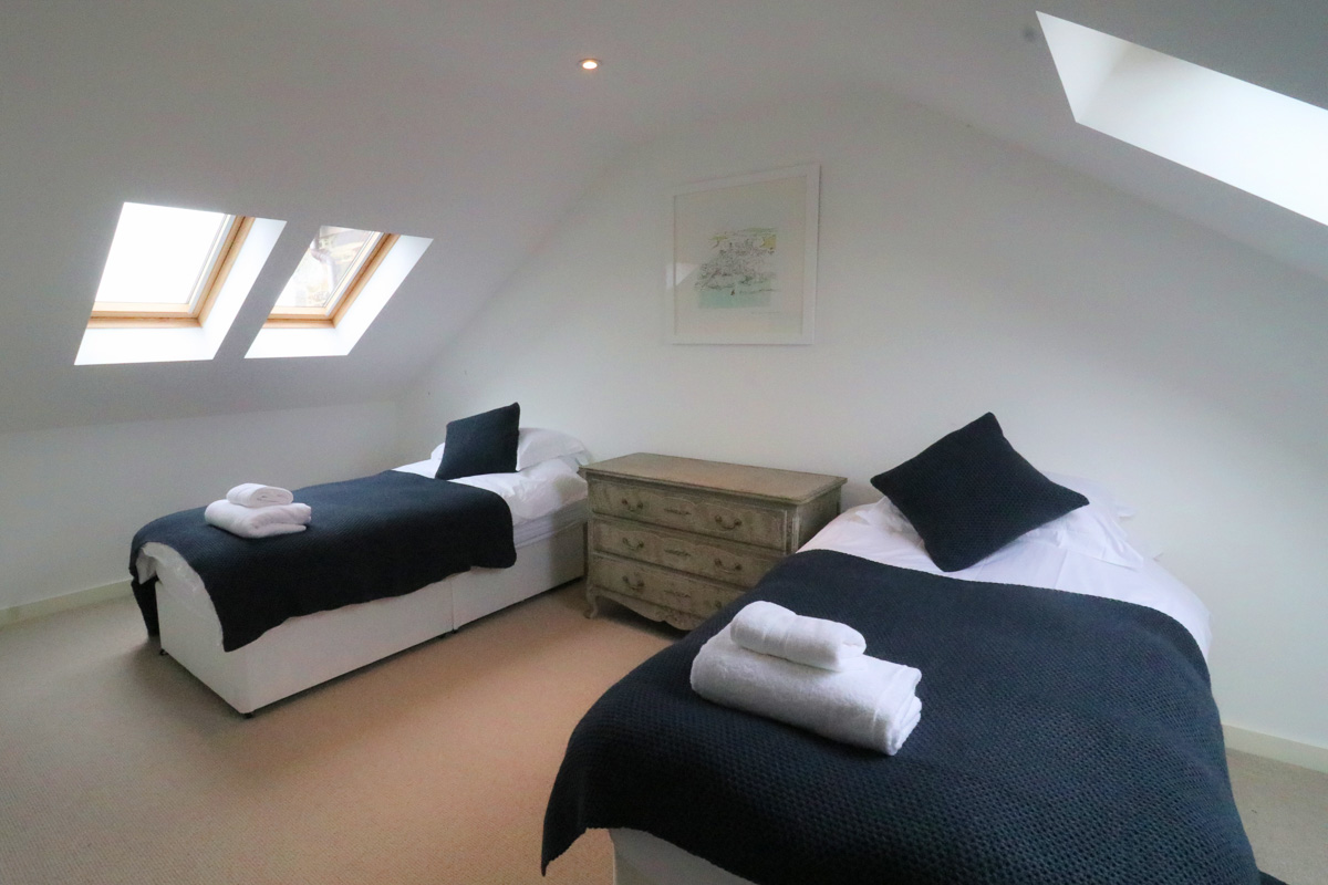 Trehelles Cornwall holiday cottage twin bedroom