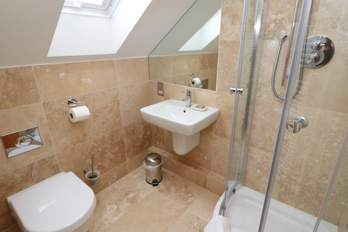 Doyden holiday apartment Cornwall shower room