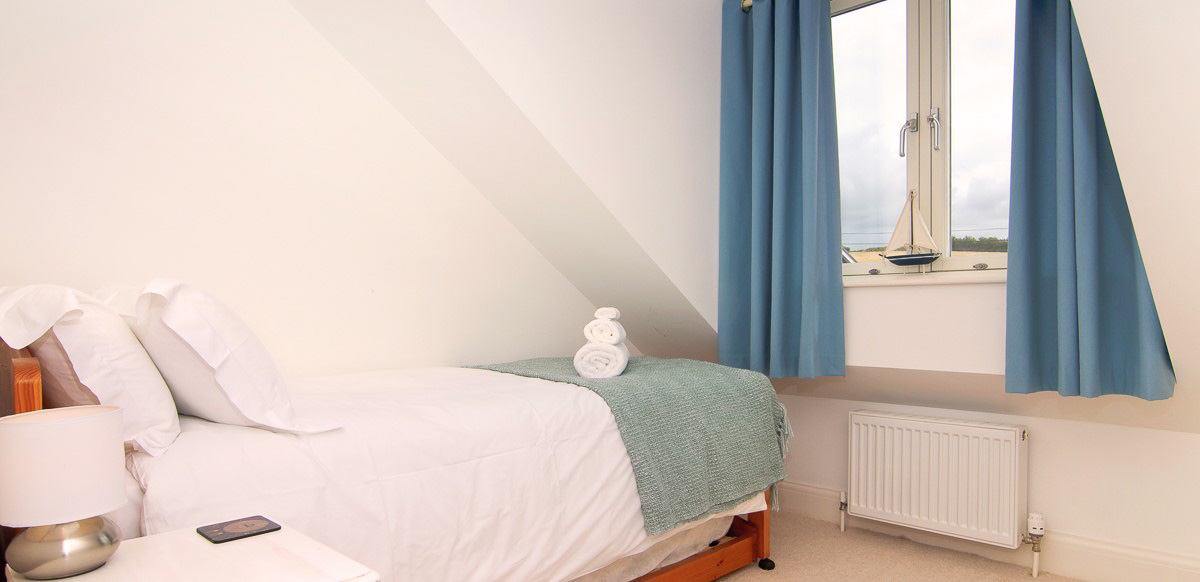 Quies Ocean Blue Holiday apartment Cornwall small bedroom