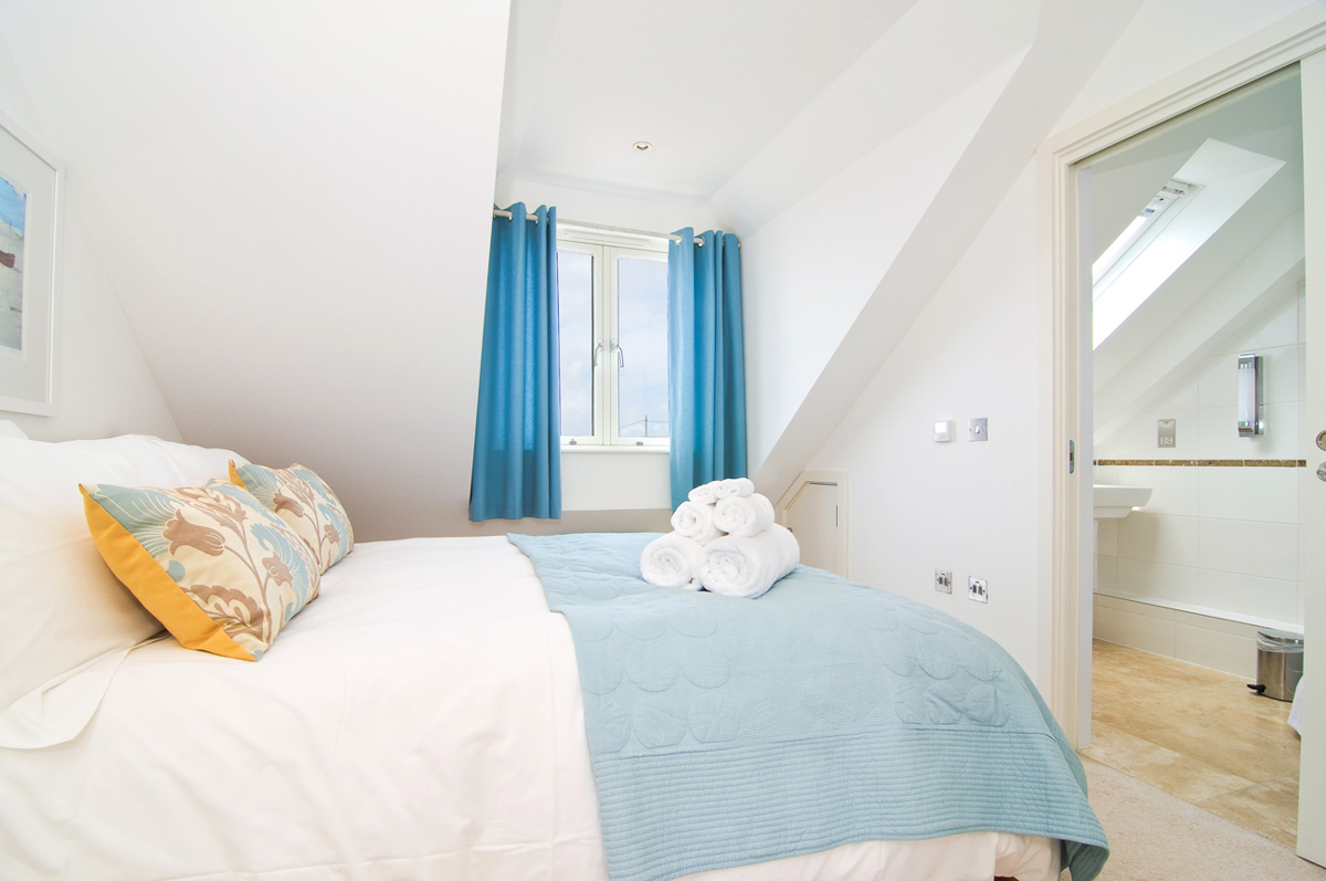 Quies Ocean Blue Holiday apartment Cornwall master bedroom