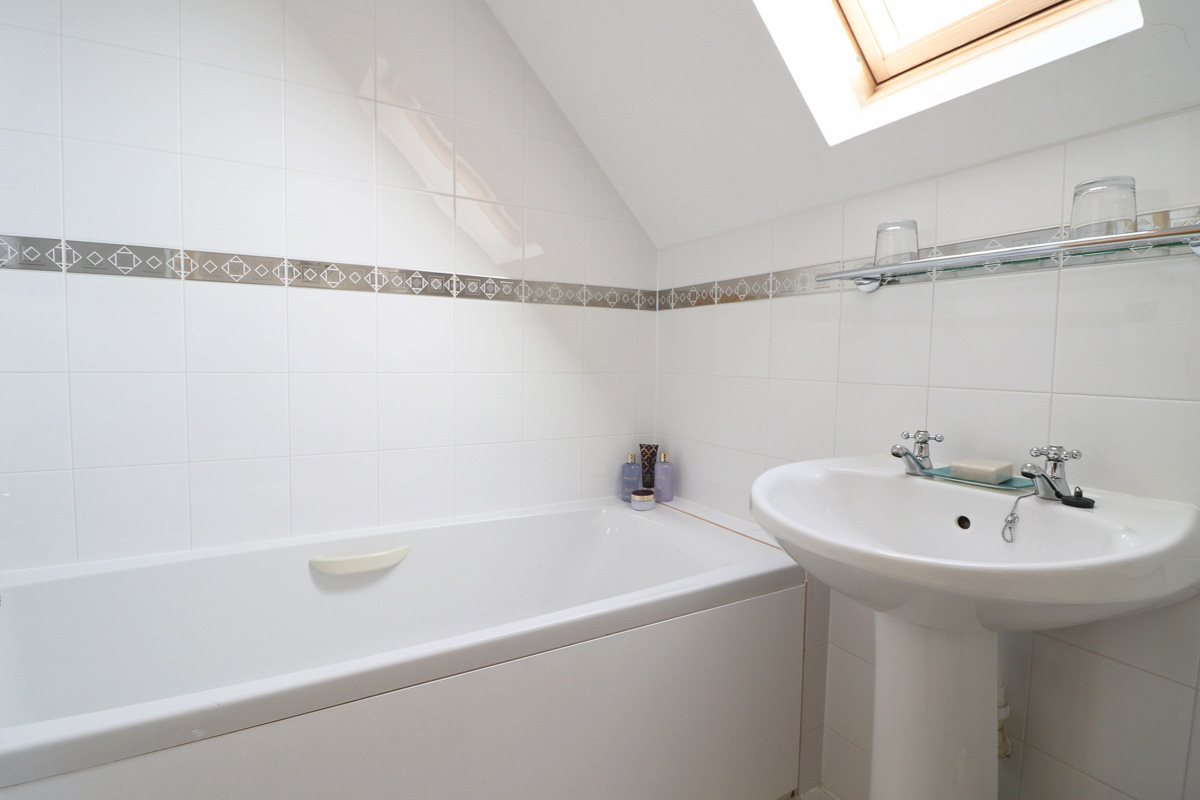 holiday cottage close to Padstow Cornwall Kingfishers bathroom