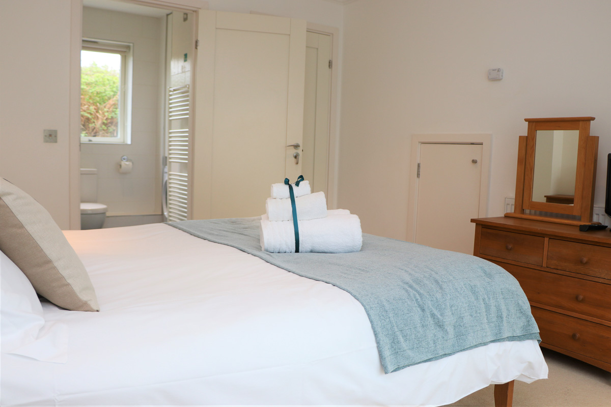 Bedruthan Holiday Cottage master bedroom