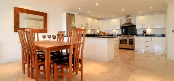 daymar holiday cottage cornwall dining area