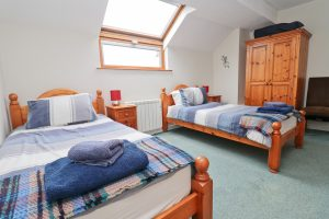 holiday flat in central Padstow Cornwall twin bedroom