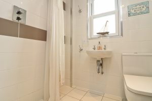 character holiday cottage in Padstow bathroom shower